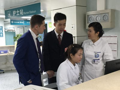 Zhao Ni and mentor Ryan Shaw talk with nurses